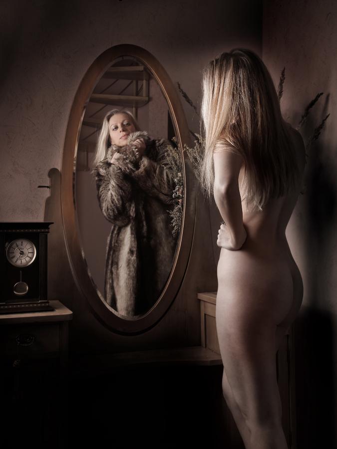 Před zrcadlem